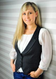 Claudia Lobeda vor einer Wand